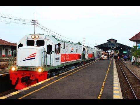 Kereta Api Gayabaru Malam Selatan dengan Dua Lokomotif di Stasiun Lempuyangan