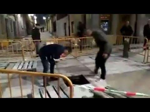 Un hombre BORRACHO se CAE por una ALCANTARILLA en Gijón