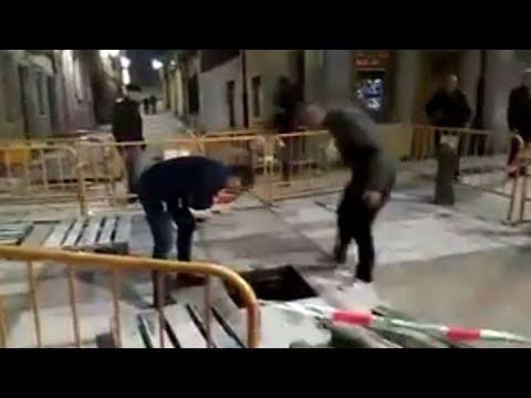 Un hombre se cae por una alcantarilla en Gijón. El vídeo del que todo el mundo habla