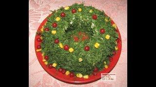 """Салат """"Рождественский венок"""" с куриным филе, сыром и яйцами"""