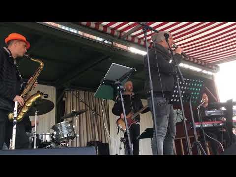 Bjarne List Nissen synger med børnene på Torvet i Nyborg