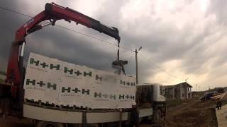 Разгрузка газобетонных блоков краном-манипулятором HMF(Санкт-Петербург. Компания Градус. Манипулятор HMF 4720 на шасси Scania P380. http://www.9474444.com., 2013-08-18T17:12:01.000Z)