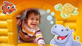 Ариэла веселится и играет на детской площадке