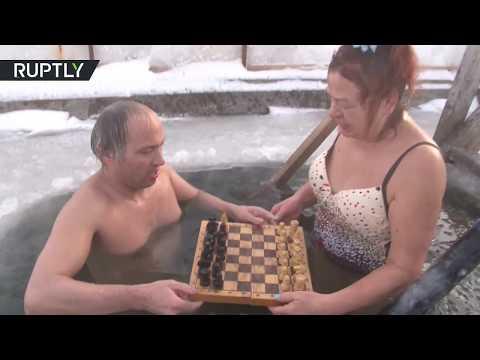 Người phụ nữ Nga thích ngâm mình trong hố băng chơi cờ
