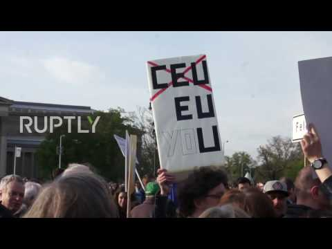 Hungary: Thousands march in defence of Soros-backed university