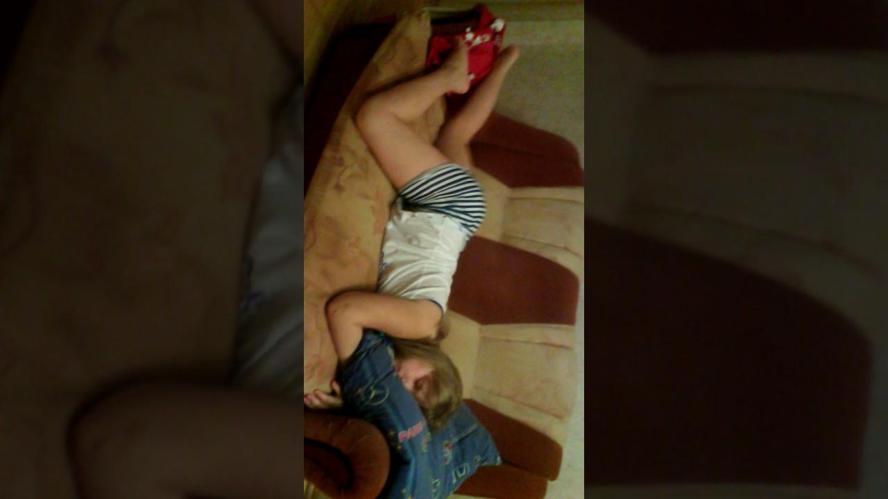 Издеваюсь над спящей сестрой!!!!!!!!!!!!Следуюешее Видео после 3-ёх лайков!!!