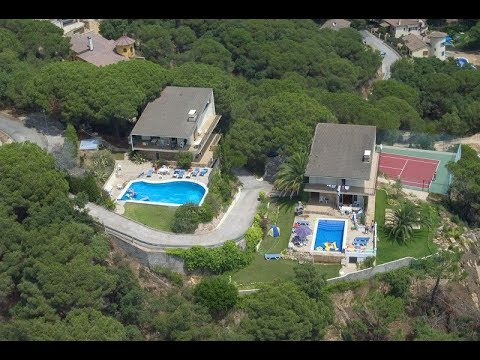 2 private pools, 2 independent villas on the same plot, 1 tennis court and stunning sea views