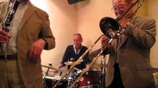 カフェ・ド・トワレにて デキシーランドジャズのグループの演奏です。