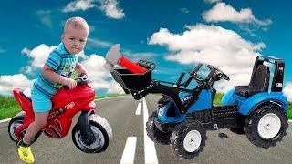 Малыш на байке застрял. Синий трактор с ковшом помог привезти инструменты