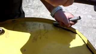 Как срезать верх бочки зубилом. Бак для мусора своими руками.(Понадобился бак под мусор., 2014-09-10T07:00:14.000Z)