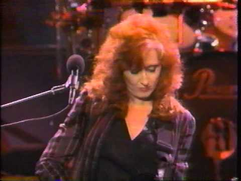 Bonnie Raitt 'That's Just Love Sneaking Up On You' live concert performance