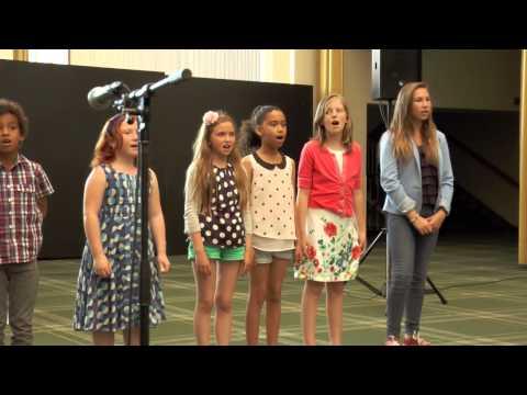 De kids zingen Santa Evita