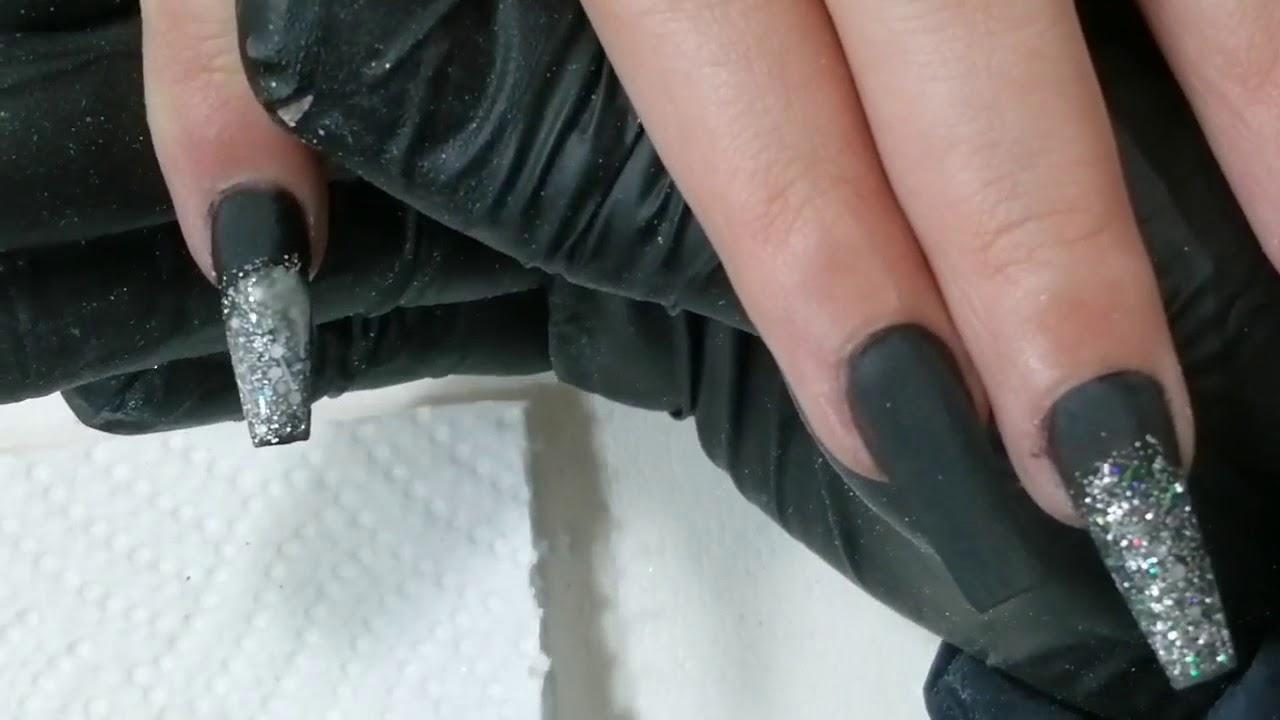 Uñas Negras Y Plata Con Efecto Espejo En Clienta
