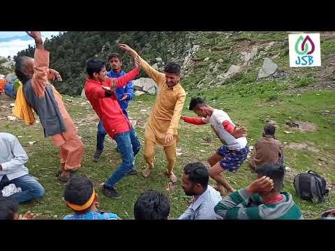 चूड़धार यात्रा पर जाते हुए श्रद्धालुओं ने लगायी जमकर नाटी  Jio Bhai Soi Rama   Sirmauri Nati