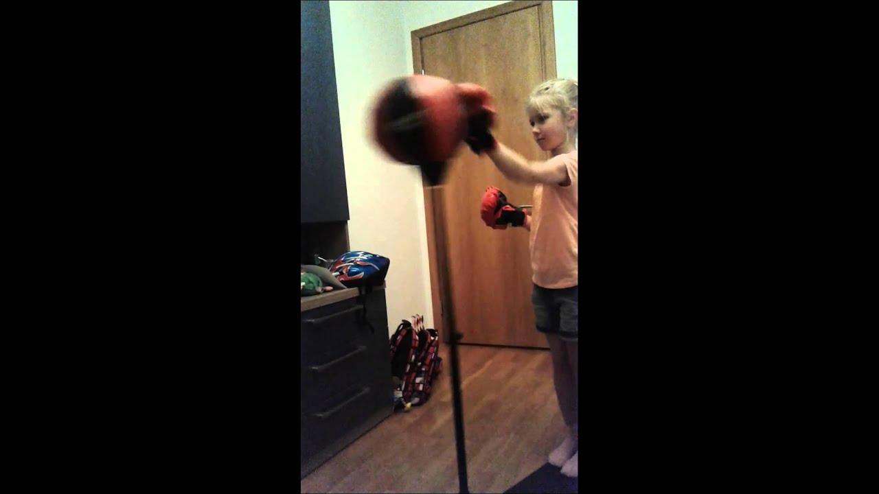 видео блондинка бьёт грушу