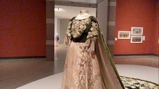 横浜美術館で開催中の「ファッションとアート、麗しき東西交流展」。 1...