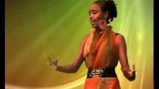 Repeat youtube video Dhoocil yar oo ineey Qaangaartay isku Maleysa Bye QarxisDotcom 2012