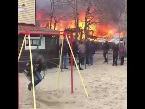Este vídeo de un niño columpiándose delante de un gran incendio da la vuelta al mundo