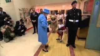 Солдат ударил в лицо девочку, вручившую цветы Елизавете II