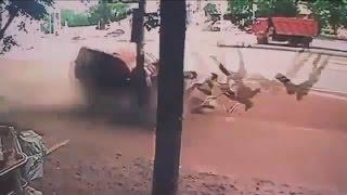 Ужасная авария в которой сбили двух пешеходов на тратуаре - 04.07.2015