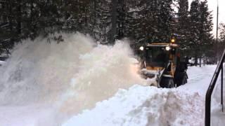 Снегопад в Москве часть 2! Трактор подметает снег на тротуаре в Москве.(В Москве прошёл сильный снегопад! Город завален снегом. На тротуарах работает техника коммунальных служб., 2016-03-02T06:49:58.000Z)
