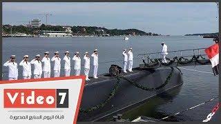 لحظة صعود قائد القوات البحرية على متن الغواصة المصرية الثانية بميناء كيل بالمانيا