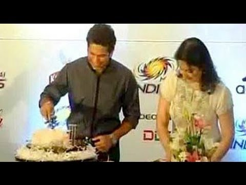 Sachin Tendulkar, 40, cuts cake with wife Anjali