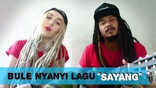 Heboh BULE nyanyi lagu SAYANG Via vallen NDX akustik cover by Courtney Dellu uyee