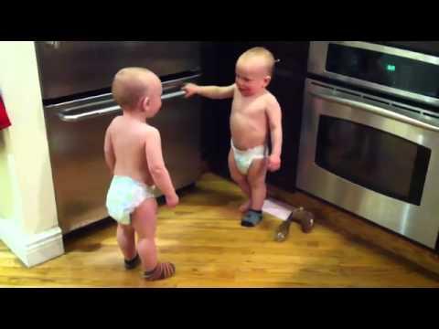 Δίδυμα μωρά σε ξεκαρδιστική κουβεντούλα.mp4