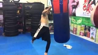 自由搏擊聯盟升級教學編23:掃踢沙包慢動作的技術澳門蕭自康師父演示