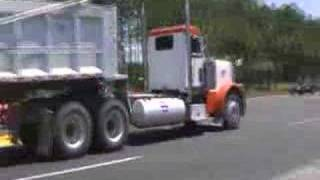 "Peterbilt 379 Truck Gives ""Shave And A Haircut"" Salute With Trainhorn In Gainesville, Florida"