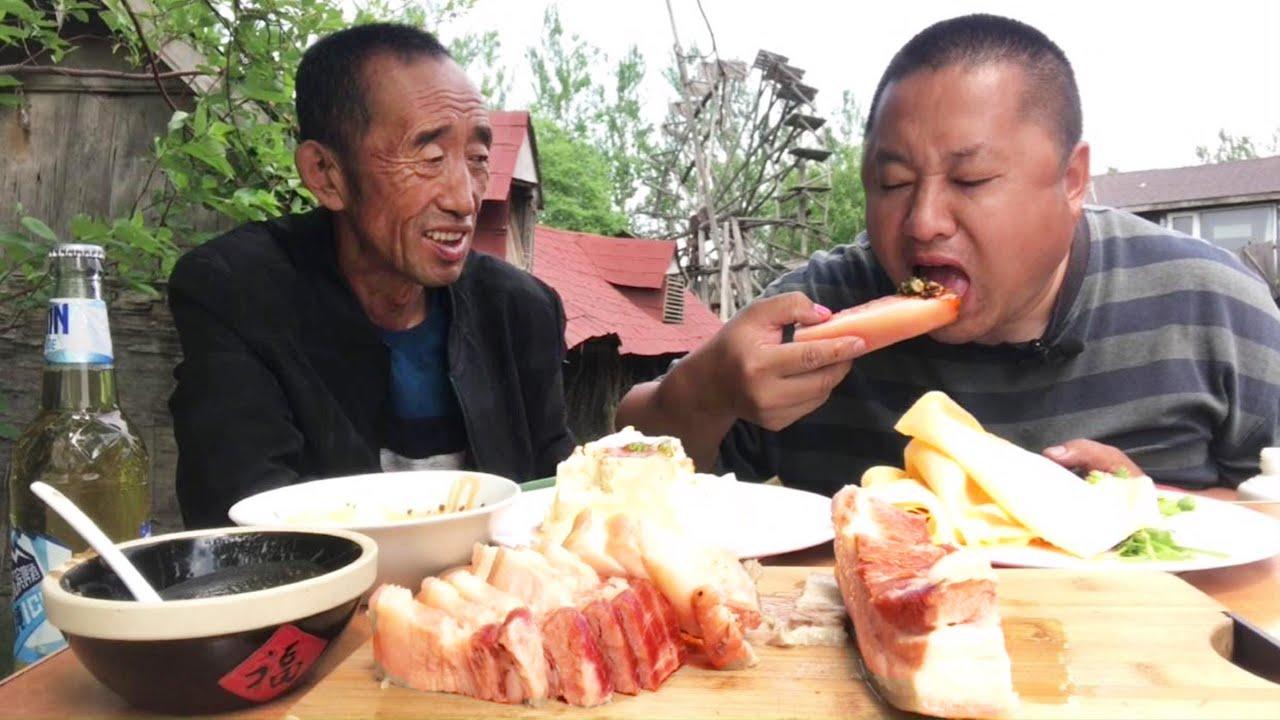 一斤半五花肉,一碗蒜末醬油,大哥連吃幾大口好過癮,波叔都看饞【農村大哥寒冰】