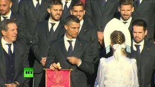 Сборную Португалии по футболу встретили хлебом-солью: что рассмешило Роналду
