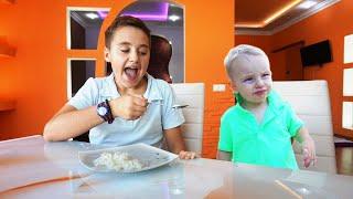 Funny Kids pretend play a nanny -   أطفال مضحك يتظاهرون بلعب دور مربية
