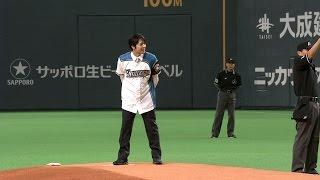 現・夕張市長の鈴木直道氏が始球式を務め、夕張市のゆるキャラであるメ...