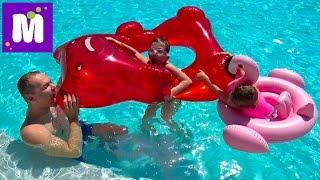 - ВЛОГ Гигантский желейный медведь в бассейне Акула укусила Макса за попу POO in the POOL Gummy Bear
