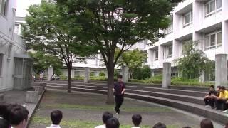 1年生によるフラワースティックの演技です。 湘南高校中庭にて。