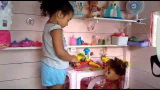 Comilona e Nicolly brincando na casinha de bonecas