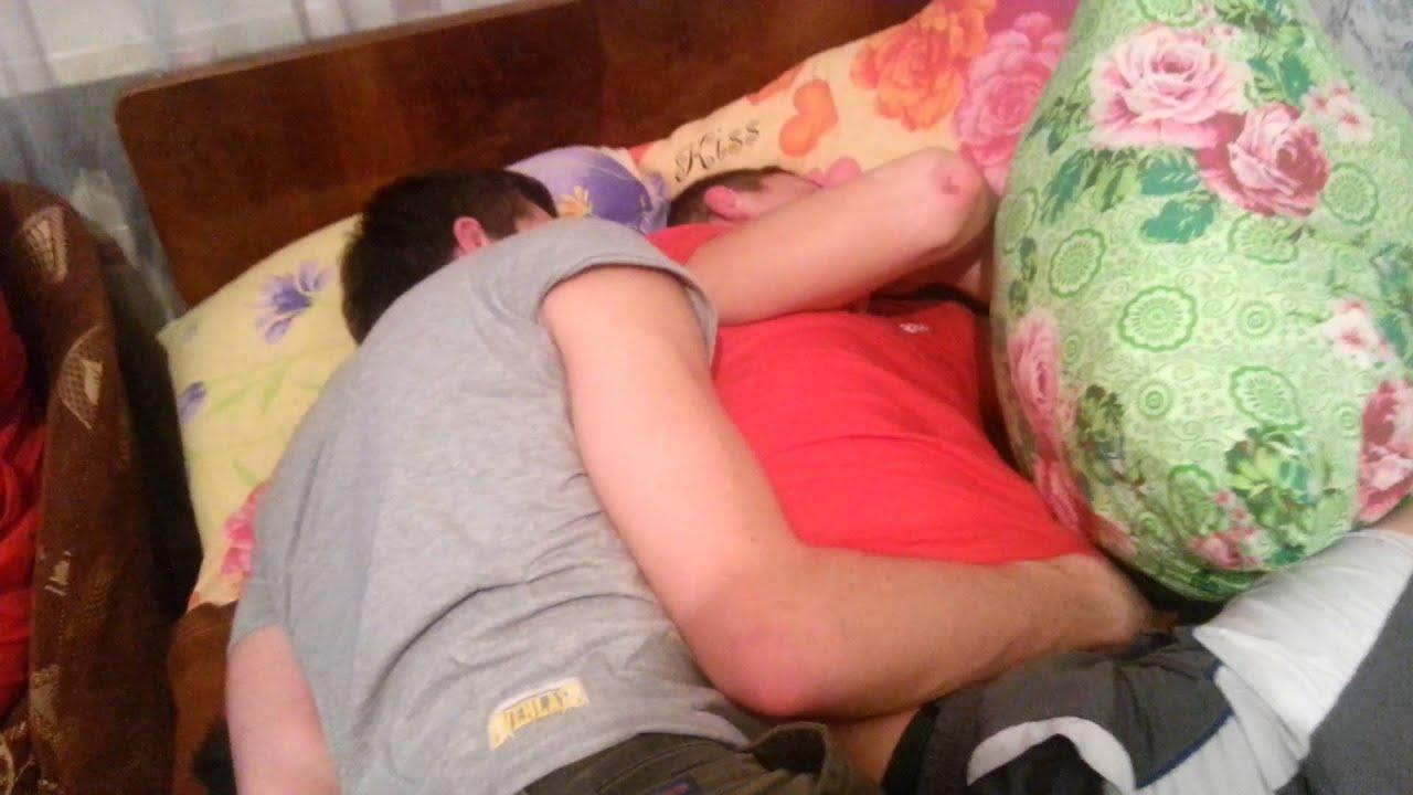 Пристала к спящему парню в 2 фотография