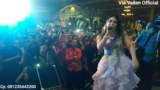 Download lagu Via Vallen nyanyi sayang, pengantin langsung turun pelaminan