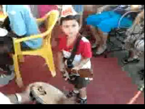 Gabriel 2 anos,tocando guitarra com a galera.mp4 Travel Video