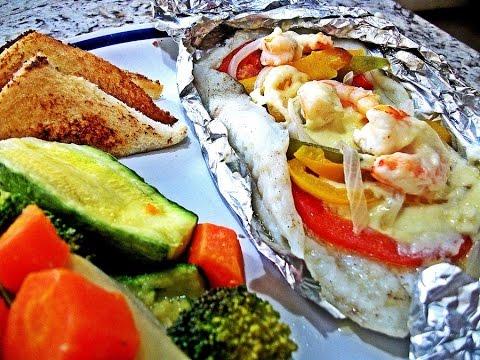 Pescado empapelado con camarones queso y vegetales youtube for Como cocinar pescado al horno