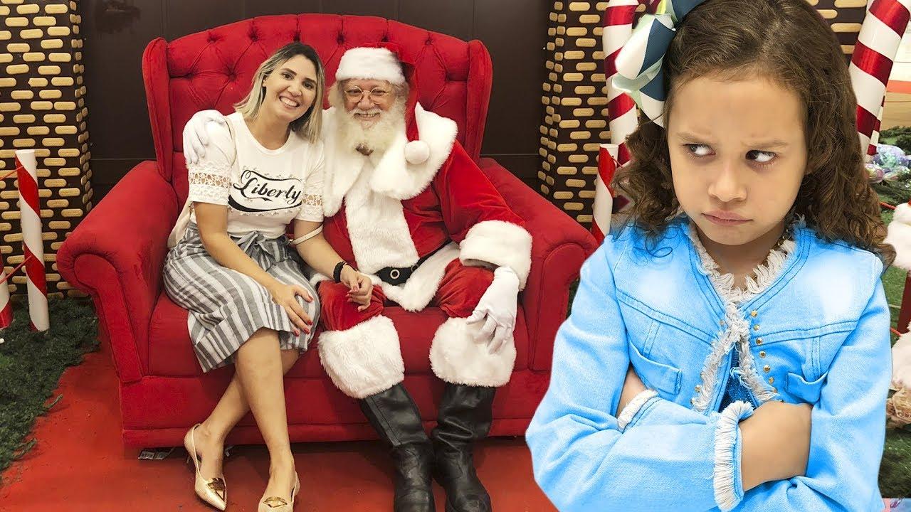 Erlania e Valentina brincando de comprar um brinquedo de Natal pra mamãe