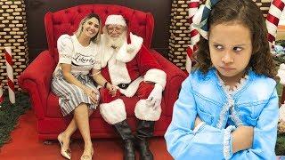 Erlania e Valentina brincando de comprar um brinquedo de Natal pra mamae