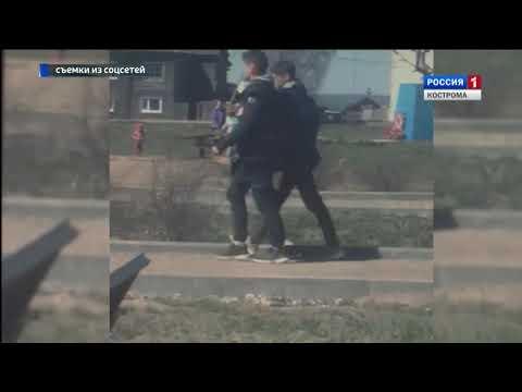 В Чухломе женщины украли из центра города рубленые лавки