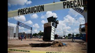 Camión de volteo cae en socavón del bulevar Pedro Infante