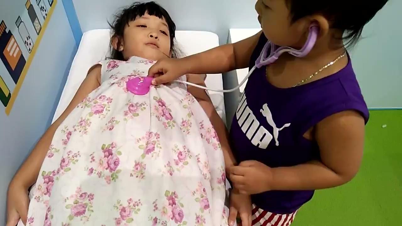 Subal làm bác sĩ khám bệnh cho Suri - trò chơi bác sĩ