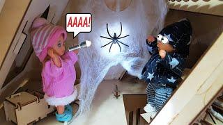 Фото МАМА НА ПОМОЩЬ! Застряли в заброшенном доме! Катя и Макс веселая семейка смешной сериал живые куклы