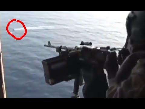 GILA!! Nembak Bajak Laut Somalia dari Atas Helikopter