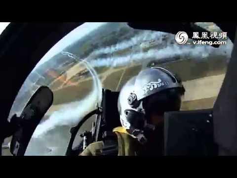 实拍法兰西巡逻兵与阵风战机联合空中秀